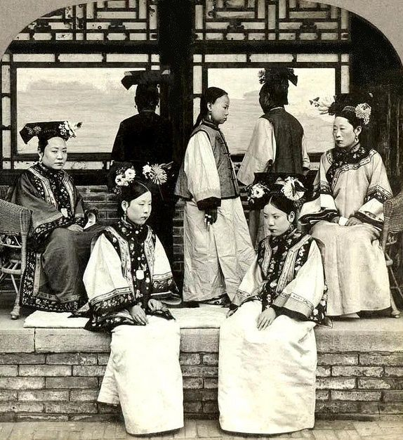 Notice the hair on the ladies back facing or side facing the camera with a large headpiece on, they also didn't have a sparrow tail like hair.