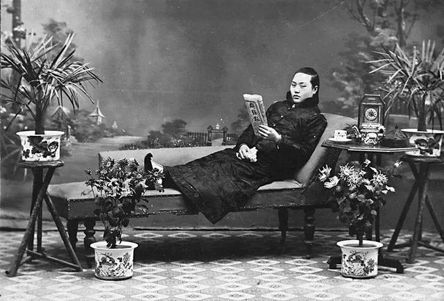 A top courtesan reading newspaper and posing for the gram.