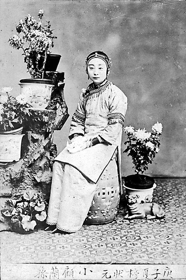 The bottom caption indicates that this lady is the Top scorer of the courtesan contest, which isn't at all like your beauty pageant today--they're much more focused on virtues and talents instead of sex appeal.